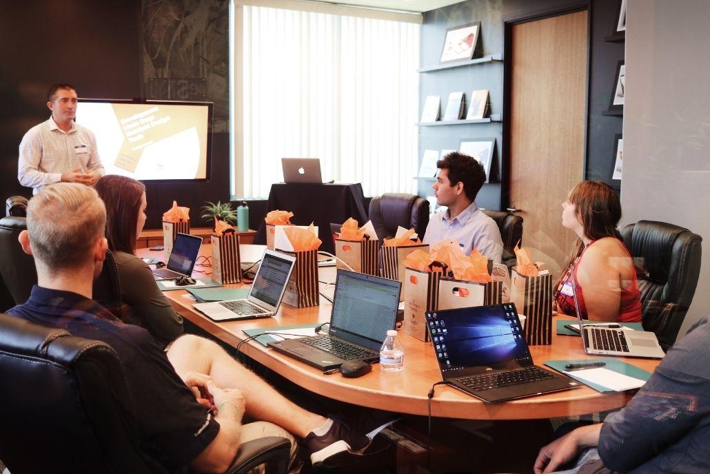Un formateur en développement web fait un cours