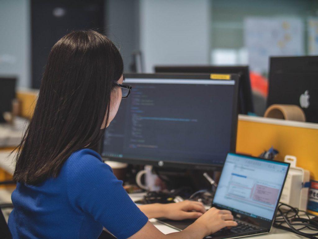 Une femme travaille sur une formation Machine Learning